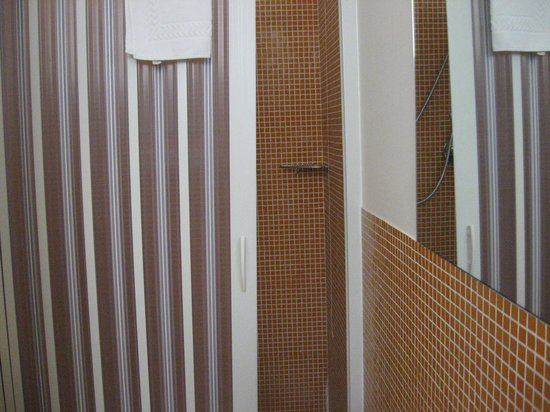 Hotel Correra 241: douche avec portes coulissantes