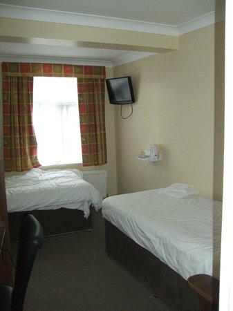 Victoria Inn: Basic beds