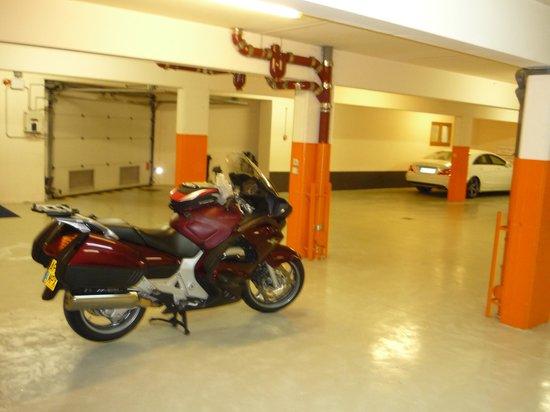 BEST WESTERN Hotel le Schoenenbourg : Spottles Garage