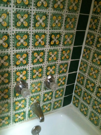 Silver Saddle Motel: Cool old tile in the bathroom