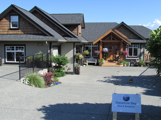 Departure Bay Bed and Breakfast: Front of house with plenty of parking