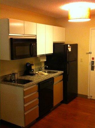Hawthorn Suites by Wyndham Cincinnati Blue Ash: New Kitchen