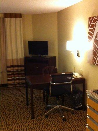 Hawthorn Suites by Wyndham Cincinnati Blue Ash: Desk & New Flat Screen