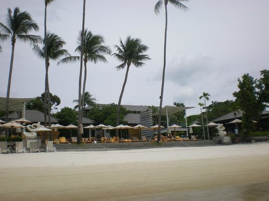 Sareeraya Villas & Suites: the view of the hotel from the beach