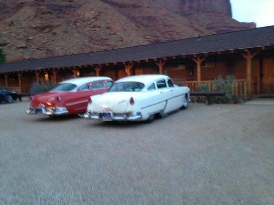 Red Cliffs Lodge : De jolies voitures devant les chalet en bois