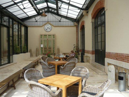 Hotel Castel Jeanson : Relaxing court yard