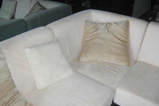 Las Torres Gemelas: livingroom sofa (picture nor so clear, but it wasn't very clean)