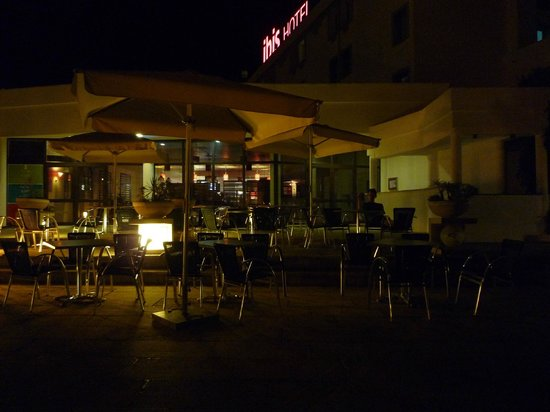 Hotel Ibis Faro : Terrace by night