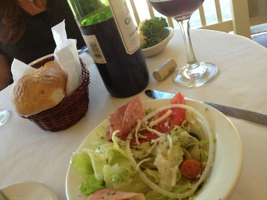 Country Vineyard Cafe: Starting out with salad, bread and wine... The tables on the porch are small, but we managed nic