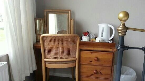 Bossiney House Hotel : Dressing table and tea making in the room