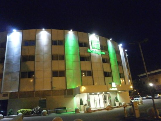 Holiday Inn London - Heathrow Ariel: Night View - quite easy to find!