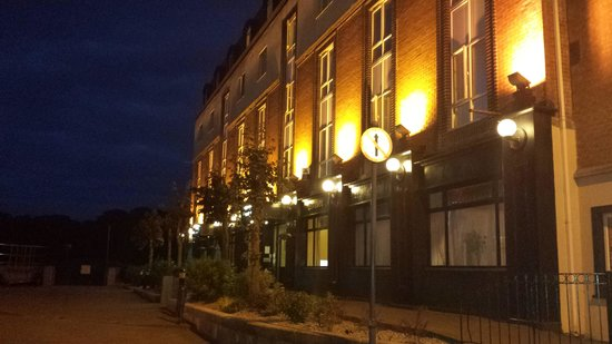 Waterford Marina Hotel: hotel front at night