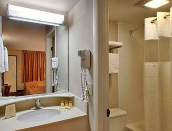 Days Inn Elkton Newark Area : Bathroom
