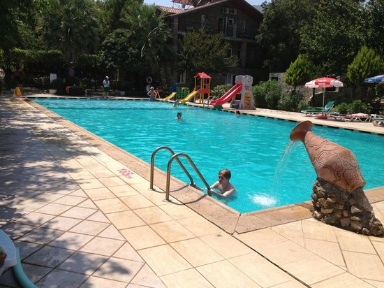 Muzzy's Place Restaurant and Bar: beautiful pool