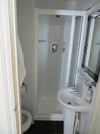 Kensington West Hotel: Small bathroom