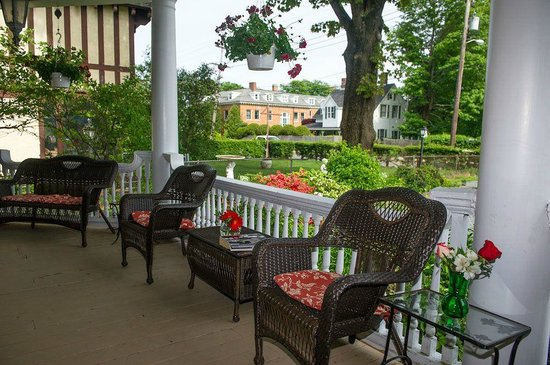 Thornhedge Inn: Take in some fresh air on our front porch