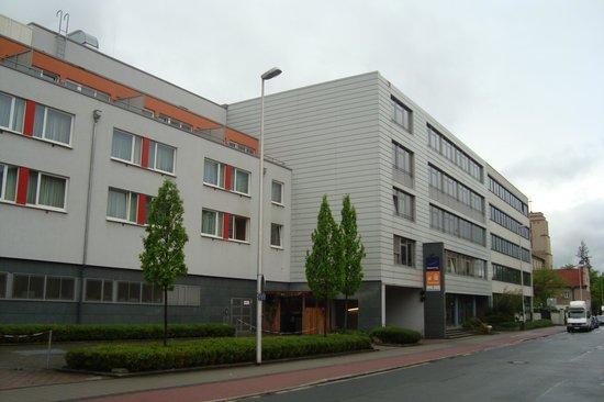 Novotel Erlangen: Photo de l'extérieur de l'Hôtel côté droit