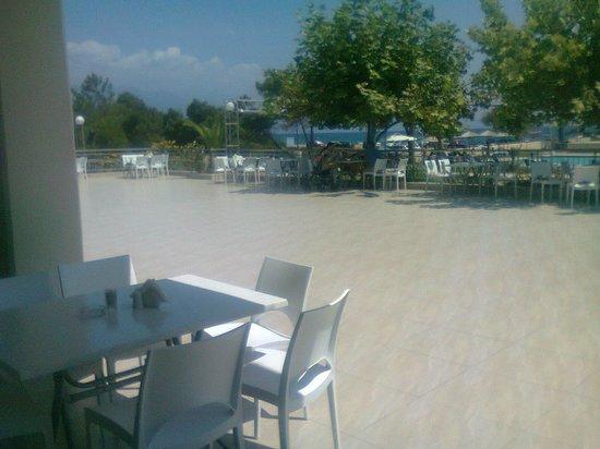 GMP Bouka Resort Hotel: Εστιατοριο πανω απο την πισινα