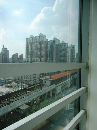 Luminous Modern Universe Hotel: 窓からの眺め