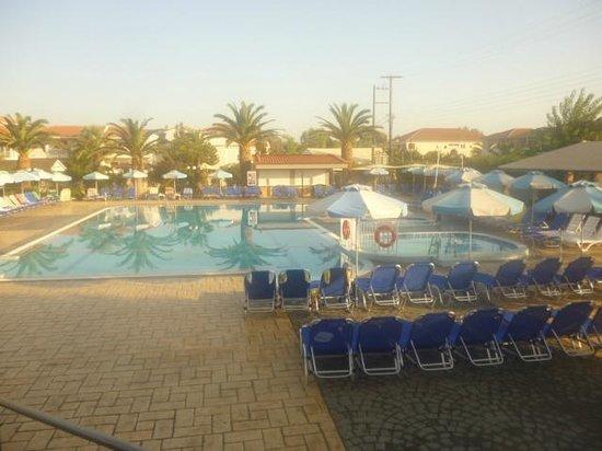 Golden Sun Hotel: Pool in the morning