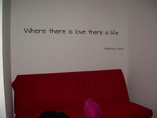 Alibi M14: la parete davanti al letto con divano