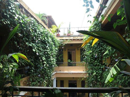 La Brisa Loca Hostel: Center Courtyard - Upper
