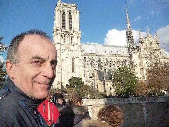 Eglise Notre-Dame de Versailles: Mi esposo posando frente a la iglesia de Notre Dame
