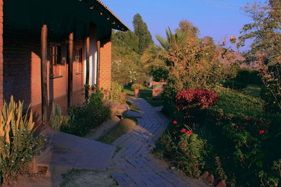 Dedza Pottery Lodge : Looking past the restaurant toward the rooms