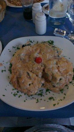 Ir-Rizzu Restaurant: tortelloni al nero di seppia ripieni di ricotta e salmoni in una salsa al salmone e pomodori