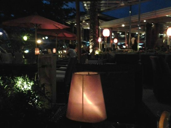 The Deck Cafe: Ambiance at night