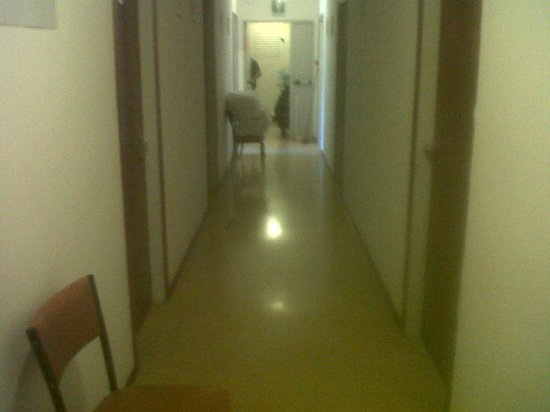 Hotel Stiefel : questo è il corridoio. ..vi srmbrs un 3 stelle?!