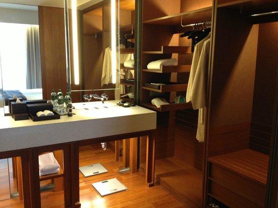 Hansar Bangkok Hotel : Salle de bains et dressing