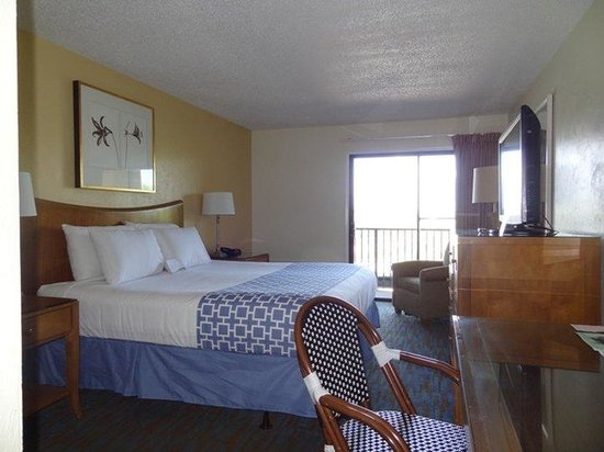 Ocean Sands Beach Inn: King Room