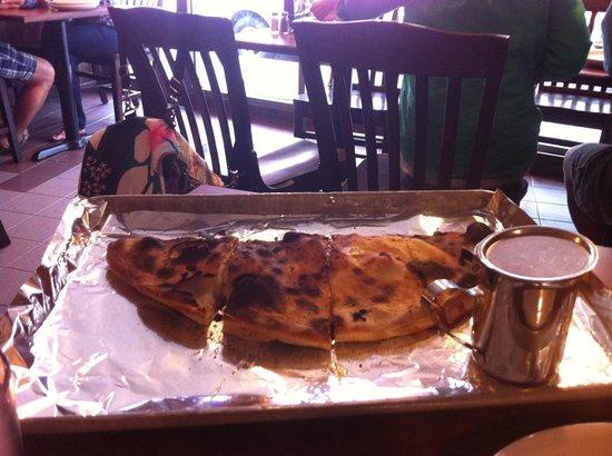 Modern Apizza: Calzone queimado!