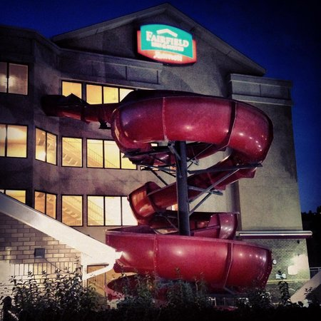 Fairfield Inn & Suites by Marriott Kelowna: Slide at night