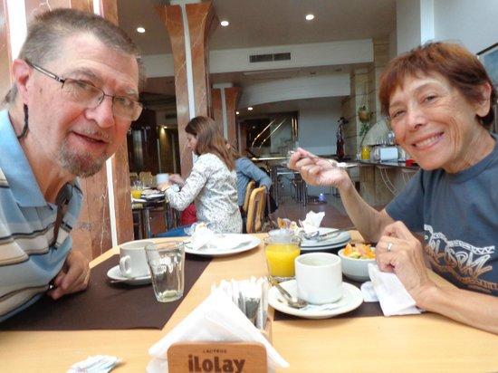 Hotel Plaza del Sol: Desayunando.