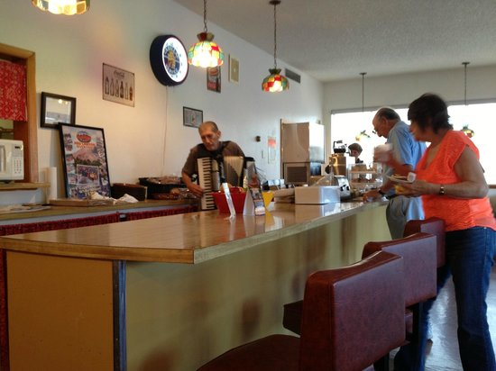 Rodeway Inn Cody: Accordion serenade at breakfast