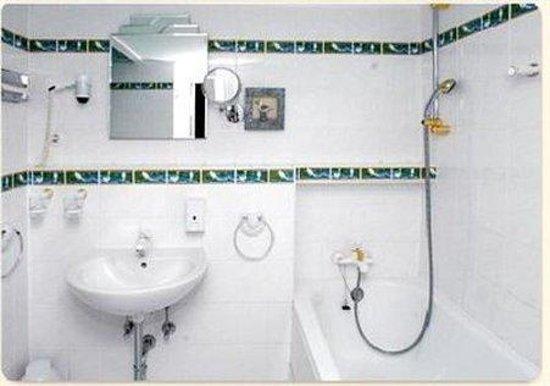 Hotel-Pension Savoy near Kurfurstendamm : Bathroom