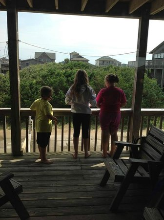 Lighthouse View Oceanfront Lodging: Kids on the balcony of the cottage.
