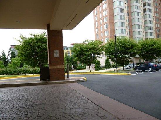 Courtyard by Marriott Dunn Loring Fairfax: 入口前