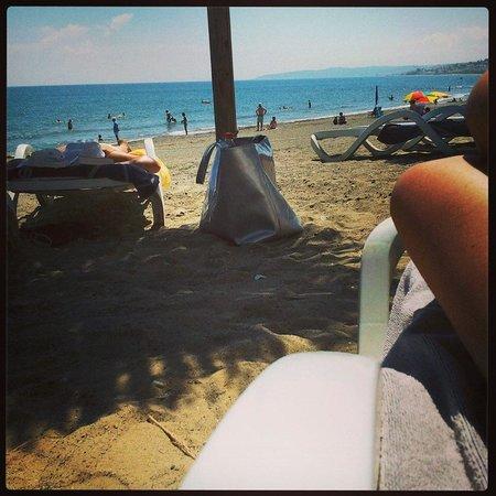 H10 Estepona Palace: Tumbonas playa