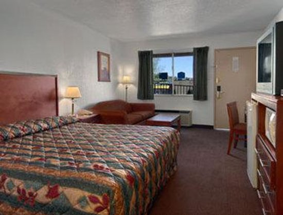 Super 8 St. George UT: Standard King Bed Room