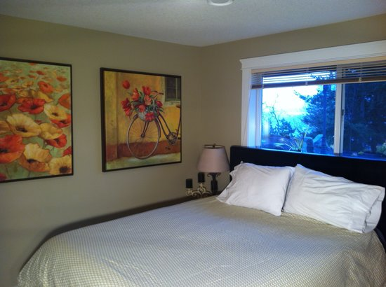 Departure Bay Bed and Breakfast: King unit bedroom
