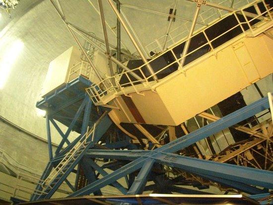 Maunakea Visitor Information Station : Telescope inside Keck Observatory