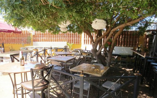 Betuccini's Pizzeria & Trattoria: patio exterior