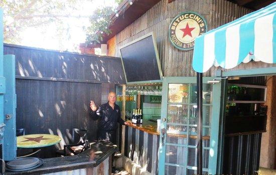 Betuccini's Pizzeria & Trattoria: Bar patio
