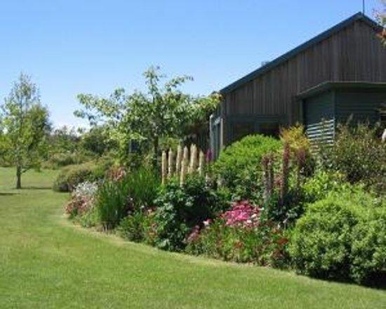 Whakaipo Lodge : Garden views