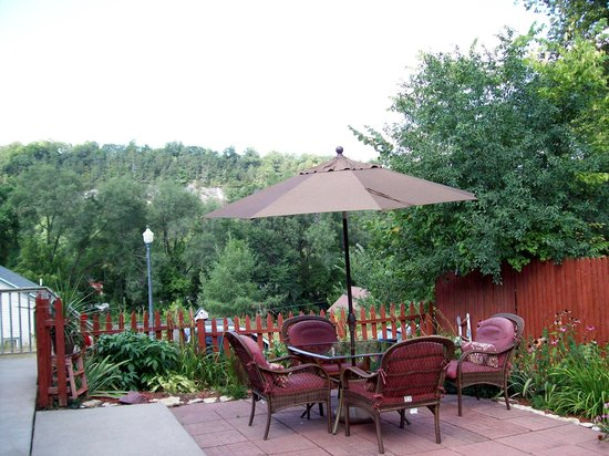 Coffee Street Inn: The pretty patio