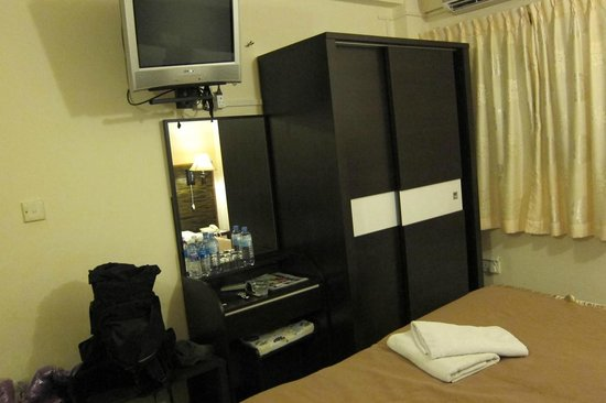 Luckyhiya Hotel : This is not a corner room. It's small.