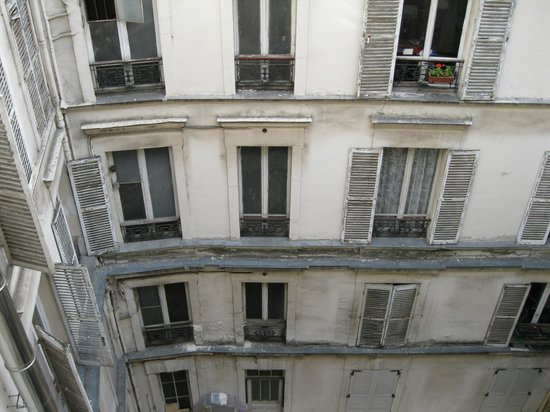 Faubourg 216 - 224 : Outside view. Can not have open curtains during daytime.